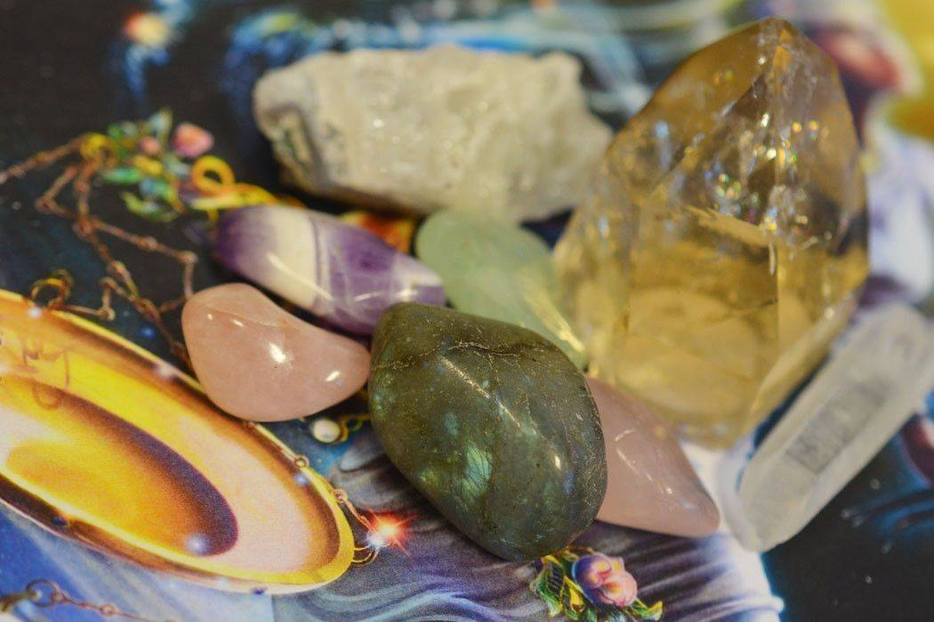 Камень для весов: какой талисман подходит по знаку зодиака для мужчины, драгоценные обереги и как их носить