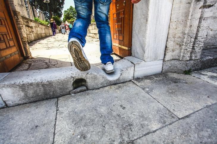 Споткнуться на левую или правую ногу: значение приметы
