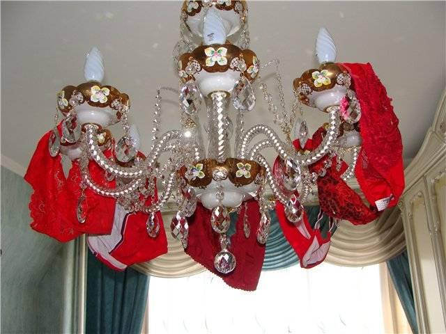 Красные трусы на люстре для привлечения денег и любви - ритуалы