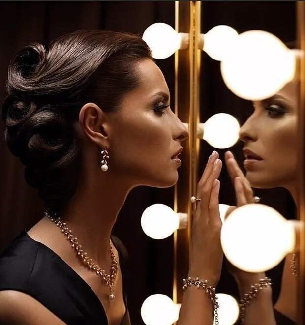Почему нельзя вешать зеркало напротив кровати: мистические причины, мнения психологов, другие аспекты.