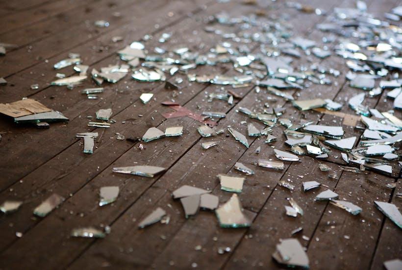 К чему разбилось зеркало и что делать: мнение знахарей и церкви