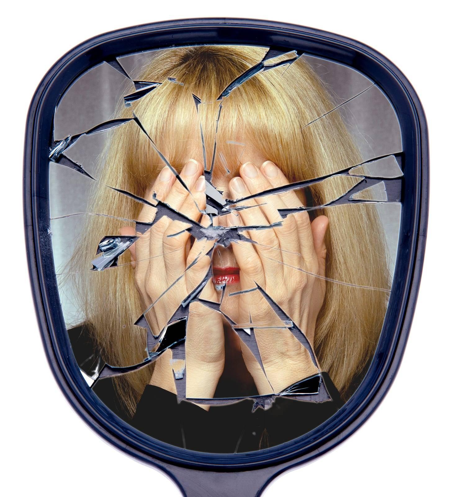 Разбить зеркало случайно дома или на работе, что делать, примета