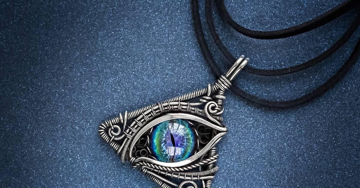 Что означает символ треугольник с глазом внутри и где он используется?