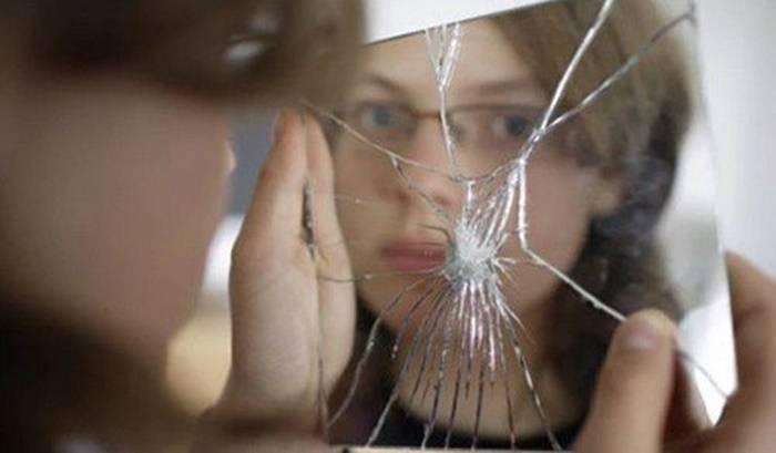 Разбитое зеркало – что означает примета