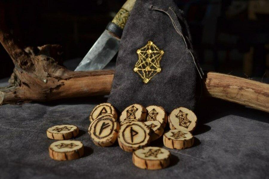 Гадать три руны онлайн. древнее гадание на рунах на ситуацию, подаренное языческими богами