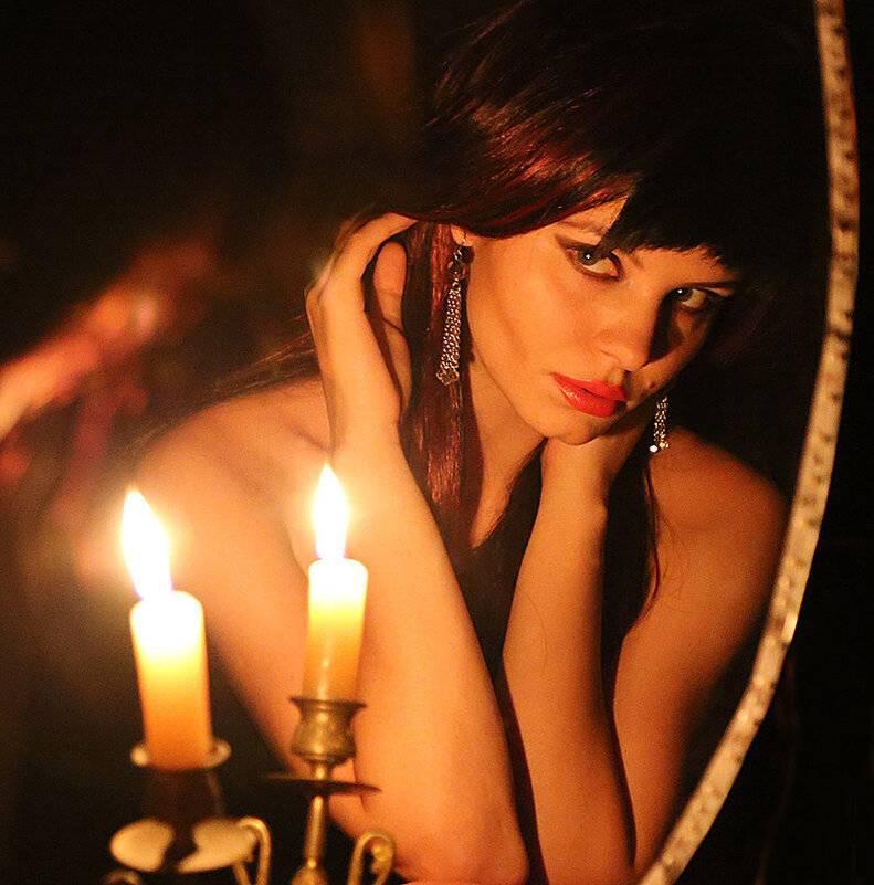 Гадание с зеркалом и свечой: на суженого, на смерть