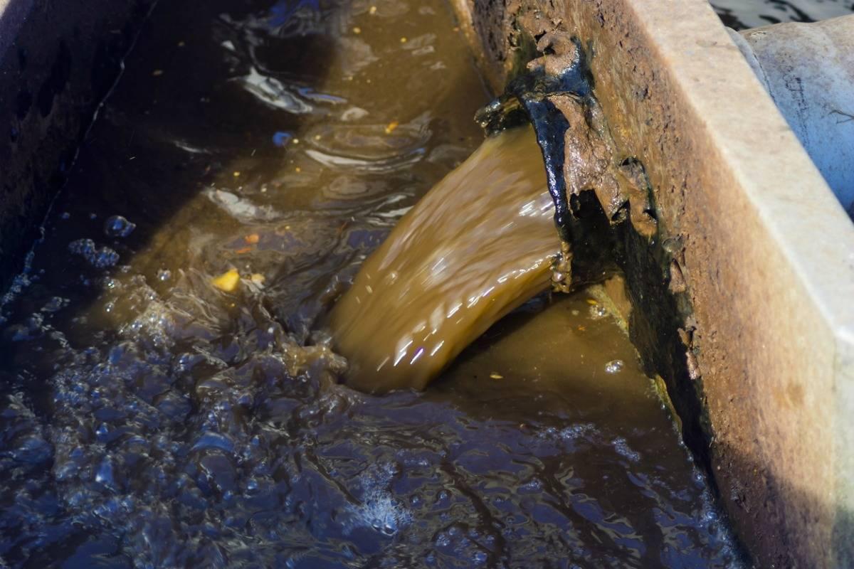 Мутная грязная вода