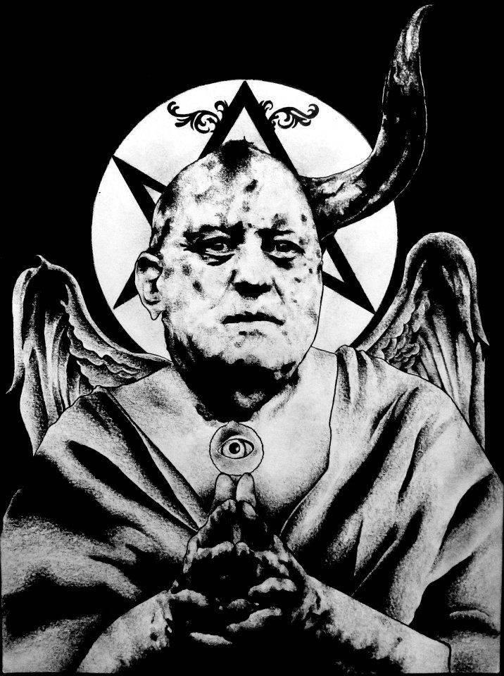 Алистер кроули — сумасшедший гений или обычный шарлатан? кроули — могущественный демон и король перекрёстков (что уже делает его сильнее обычных красноглазых демонов), правая рука лилит, а позднее и король ада.