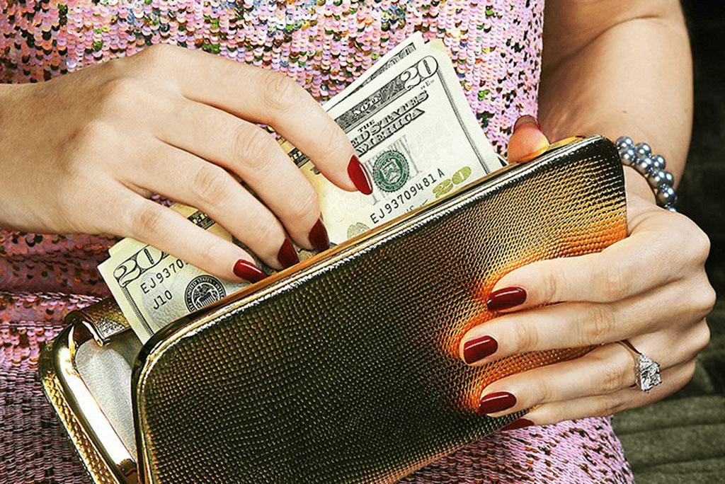 Какой кошелек привлекает деньги: приметы при покупке