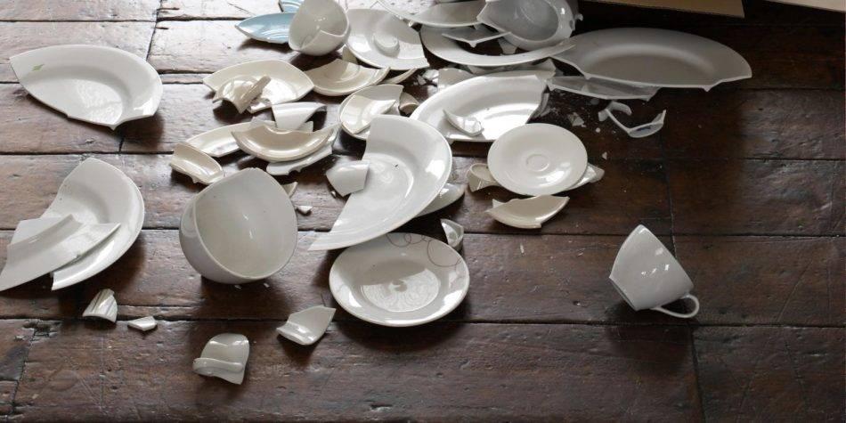 К чему бьется посуда в доме приметы, если разбилась случайно, треснула