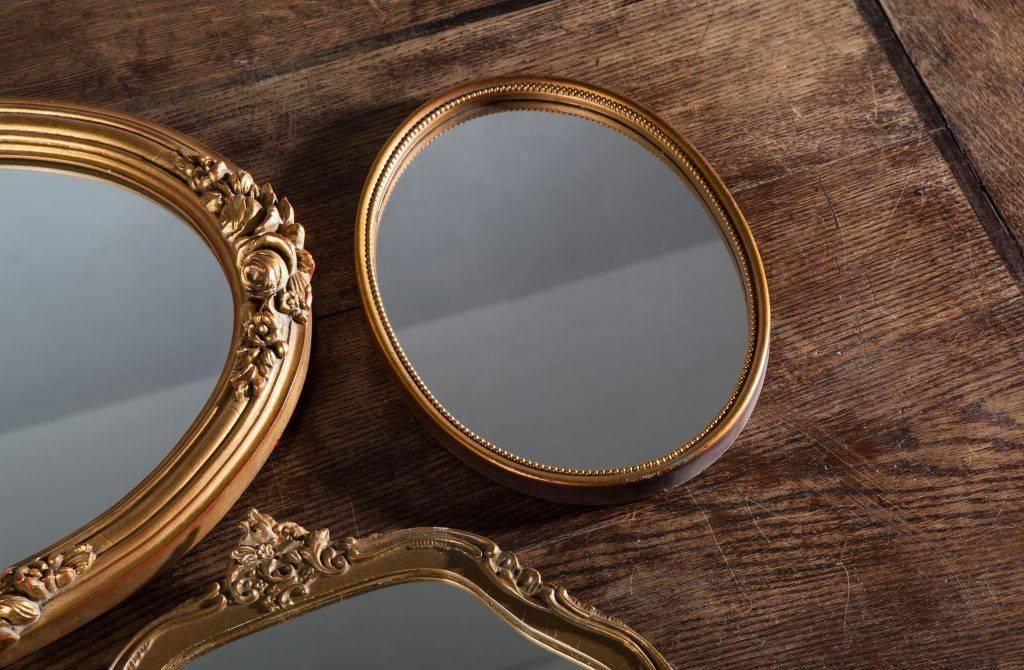 Зеркало в спальне: как избежать беды?
