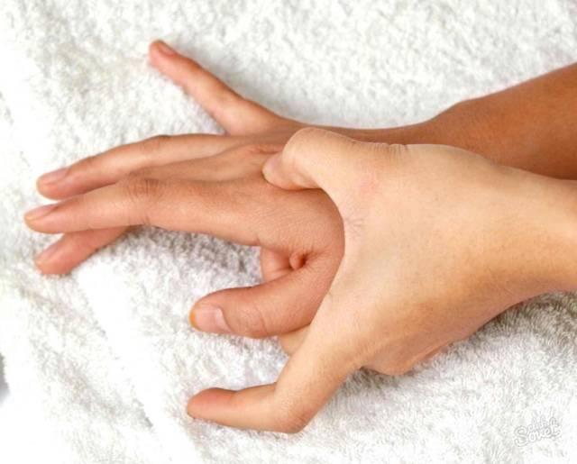 К чему чешется большой палец левой руки: народные приметы и суеверия