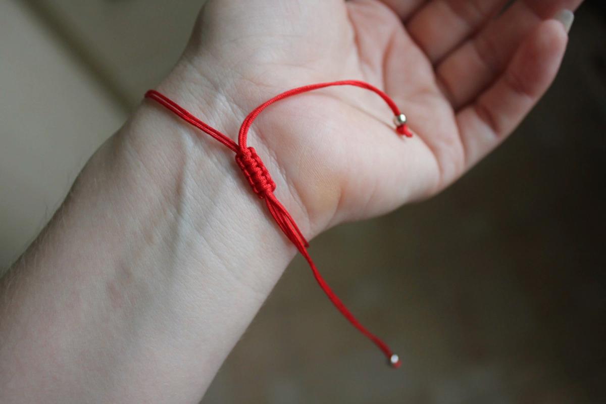 Как сделать оберег из красной нити на запястье