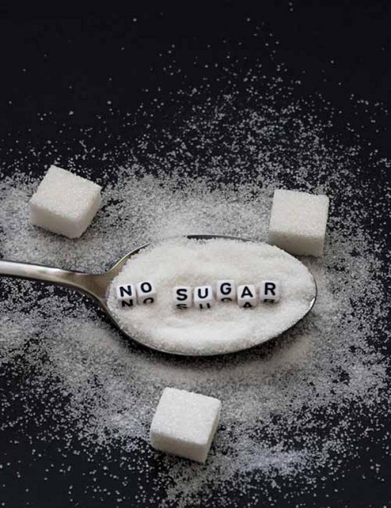 К чему рассыпать сахар: на стол, на пол, девушке, мужчине, приметы